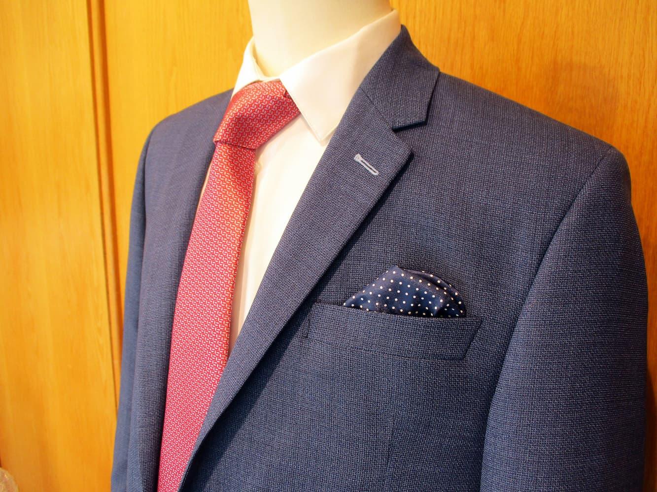 Veste costume bleu marine, cravate rose